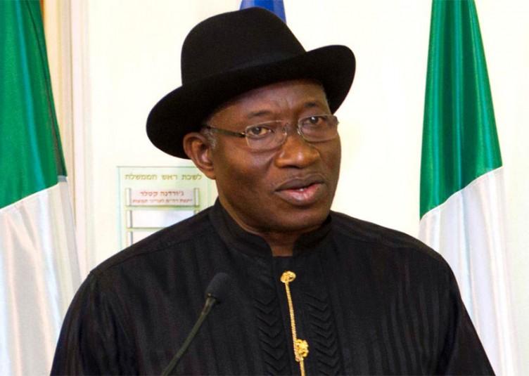 Le président, cette fois-ci chrétien, par intérim du Nigeria, Goodluck Jonathan, dissous son cabinet aujourd'hui 17 mars 2010, afin affirmer son autorité dans un pays ou il est contesté.