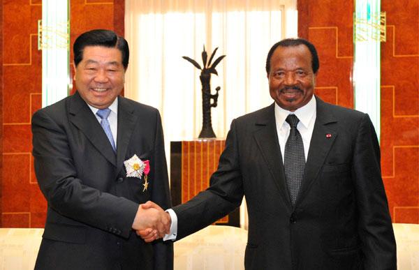Jia Qinglin, conseiller politique chinois et Paul Biya, président camerounais