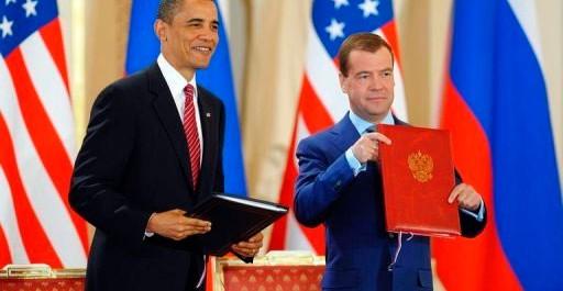 Barack Obama Dmitri Medvedev lors de la signature du traité START jeudi le 8 avril, 2010