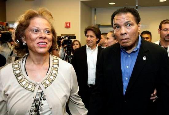 Lonnie Ali accompagnée de son mari, le légendaire boxeur Mohammed Ali atteint du Parkinson