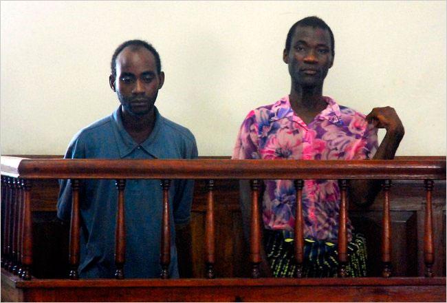 Steven Monjeza, à gauche, et Tiwonge Chimbalanga, un couple homosexuel, ont été condamnés pour des actes contre nature et indécence à Blantyre, au Malawi, Mardi18 mai 2010