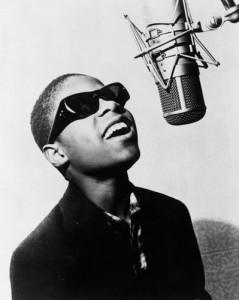 Stevie Wonder a vendu plus de 72 millions d'albums et a reçu vingt-deux Grammy awards au cours d'une carrière qui s'étend maintenant sur un demi-siècle.