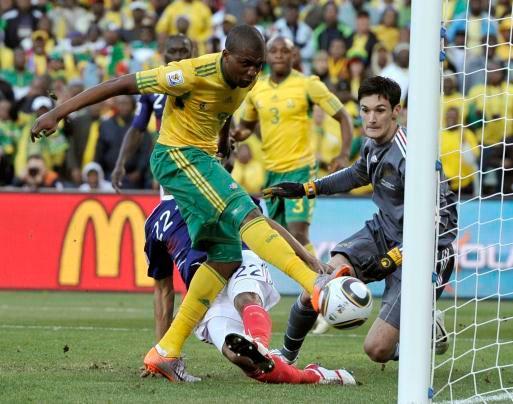 Le Sud-Africain Katlego Mphela, à gauche, compte le deuxième but de l'équipe contre la France. Le gardien Hugo Lloris, à droite, lors de la Coupe du Monde. Le match de football entre la France et l'Afrique du Sud a eu lieu au Free State Stadium à Bloemfontein, en Afrique du Sud, le mardi 22 juin 2010.