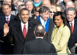 Avec un taux de participation record de 63 % des électeurs inscrits, Barack Obama a remporté l'élection présidentielle du 4 novembre 2008 avec plus de 9 millions de voix d'avance sur son adversaire John McCain. La victoire est nette. Fait également sans précédent, et bien que la Russie fasse montre de froideur, des gouvernements traditionnellement en très mauvais termes avec les États-Unis adressent leurs félicitations au nouveau président, ainsi Raul Castro (Cuba), Hugo Chávez (Venezuela) ou Mahmoud Ahmadinedjad (Iran). Depuis l'Afrique du Sud, il est également félicité par le prix Nobel de la Paix et ancien président Nelson Mandela.
