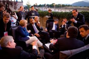 Le Premier ministre canadien Stephen Harper, la chancellière allemande Angela Merkel, le président américain Barack Obama, le premier ministre britannique Gordon Brown, le premier ministre japonaise Taro Aso, le premier ministre italien Silvio Berlusconi et le président français Nicolas Sarkozy, discutent avant d'assister au sommet du G8 à L'Aquila en Italie, 8 juillet 2009.