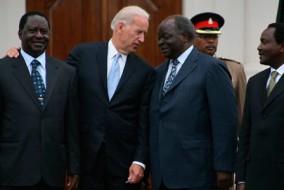 Le vice-président américain Joe Biden s'entretient avec le président Kibaki. Sur la photo, le Premier ministre Raila Odinga (à gauche) et vice-président Kalonzo Musyoka (à droite).