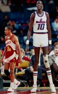 Manute Bol est le seul joueur de la NBA à avoir plus de tirs bloqués (2 086) que de points (1 599)