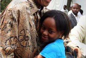 L'ancien président sud-africain Nelson Mandela embrasse son arrière petite-fille Zenani Mandela, dans cette photo de 2008.