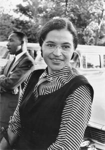 Rosa Parks et un jeune pasteur noir inconnu à l'époque de 26 ans, Martin Luther King jr.