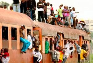 Les congolais se mettent debout sur le dessus d'un train surpeuplé se dirigeant vers Kinshasa en 2006.