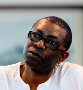 Youssou N'Dour, né le 1er octobre 1959 à Dakar (Sénégal), est un auteur-compositeur, interprète et musicien sénégalais. Youssou N'Dour, aîné de sa famille, a grandi dans le quartier de la médina de Dakar. De confession musulmane, membre de la confrérie mouride du Sénégal, Youssou a contracté un mariage polygame en prenant une deuxième épouse en février 2006.
