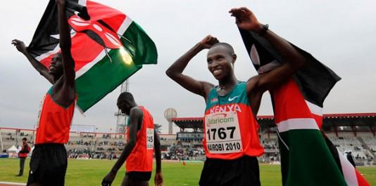 Les Kenyans Kiprop Wilson (à gauche) et Geoffrey Mutai (à droite) hissent le drapeau du Kenya le 28 juillet 2010, après avoir terminé premiers et troisièmes dans la finale du 10 000 mètres lors du 17e championnat d'Afrique d'athlétisme. Quelque 1000 athlètes africains sont attendus dans la capitale kenyane cette semaine. PHOTO AFP / Kurumba Tony