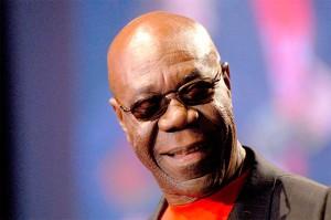 Manu Dibango, est un musicien camerounais  né le 12 décembre 1933 à Douala.Le 3 février 2009, il décide d'attaquer les maisons de disque de Michael Jackson et Rihanna (Sony BMG, Warner et EMI) pour avoir utilisé sans autorisation le thème de Soul Makossa.