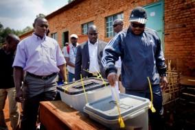 Le président burundais Pierre Nkurunziza, à droite, exprime son vote à un bureau de vote dans sa ville natale de Mumba dans la province de Ngozi, au nord du Burundi. Après que tous les partis de l'opposition se sont retiré de la course, les électeurs ont le choix entre le parti au pouvoir CNDD-FDD ou de déclarer leurs votes nuls. (AP Photo / Sylvain Liechti)