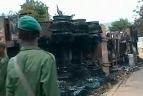 Carcasse du camion-citerne transportant du carburant à la République démocratique du Congo, qui a perdu son pétrole, pour plus tard exploser dans une boule de feu et fait au moins 220 victimes