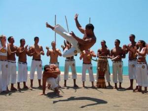 La principale caractéristique de la capoeira est la roda, elle en est la parfaite illustration. La roda (ronde en français) est la ronde que forment les capoeiristes lors des confrontations qui sont appelées « jeux ».