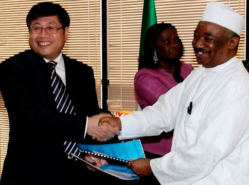 Malam Shehu NNPC Ladan (à droite) serre la main de la China State Construction Engineering Corporation Yu Zhende en mai (photo AFP)
