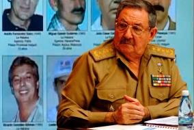En février 2008, c'est le frère de Fidel Castro qui devient le chef d'un régime qui bascule toujours entre le choix des réformes plus ou moins symboliques et la répression destinées à sauver le régime. Raúl Castro, longtemps commandant en chef des armées, est le leader d'un pays d'économie socialiste touché par la misère, qui connaît encore les tickets de rationnement.