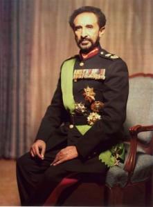 Ras Tafari fut couronné le 2 novembre 1930 sous le nom de « Haile Selassie Ier (pouvoir de la Trinité), Roi des Rois d'Éthiopie, Seigneur des Seigneurs, Lion conquérant de la tribu de Juda, Lumière du Monde, élu de Dieu » ( Gärmawi Qädamawi Haylä Sellassé, negusä nägäst zä'Ityopya, moa anbessa zä'emnägädä yehuda, berhanä aläm, seyumä Egziabhér en amharique).