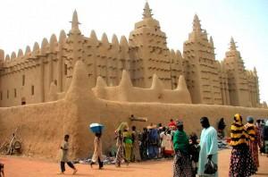 La mosquée est située dans la cité de Djenné, au Mali, dans la plaine alluviale du Bani, affluent du Niger. Un premier édifice fut construit en ce lieu au XIIIe siècle, mais la construction actuelle date seulement des environs de 1907. Marquant le centre de l'agglomération de Djenné, c'est aussi l'un des symboles les plus remarquables de l'Afrique subsaharienne. De concert avec la ville de Djenné elle-même, elle est inscrite depuis 1988 à la liste du patrimoine mondial de l'UNESCO.