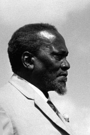 Jomo Kenyatta (né à Nairobi le 20 octobre 1894 et mort à Mombasa le 22 août 1978) est considéré comme le père de la nation kényane. Jomo Kenyatta est mort à Mombasa de causes naturelles attribuables à la vieillesse.