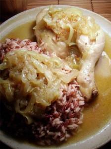 Le yassa de poulet est également un plat sénégalais. La cuisine sénégalaise est souvent décrite comme la plus riche et la plus variée d'Afrique de l'Ouest. Elle présente quelques similitudes avec celles des autres pays de l'Afrique de l'Ouest, mais elle a également subi d'autres influences : Afrique du Nord, France ou Portugal.