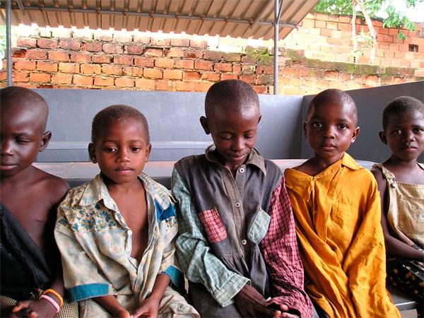 Les enfants sorciers en RD du Congo. Des dizaines de milliers d'enfants, certains aussi jeunes que quatre ans, sont accusés de sorcellerie en Afrique, selon un nouveau rapport de l'UNICEF