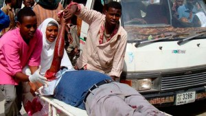 Des Somaliens aident un homme blessé lors de combats entre troupes gouvernementales et le groupe armé Al-Shabbaab, à Mogadiscio. Les insurgés en uniformes de combats ont pris d'assaut un hôtel dans la capitale somalienne, tuant au moins 32 personnes y compris des membres du gouvernement somalien.