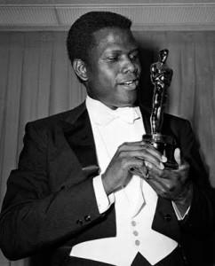Sidney Poitier remporte un Oscar en 1963 pour Le Lys des champs. Il devient ainsi le premier acteur noir à remporter ce prix.