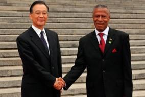 Le Premier ministre chinois Wen Jiabao (gauche) serre la main du Premier ministre grenadin Thomas Tillman au cours d'une cérémonie d'accueil à Beijing, capitale de la Chine, le Juin 17, 2009. Lors de ses entretiens avec le Premier ministre Thomas Tillman, Wen Jiabao a dit que la Chine attache de l'importance aux relations avec les pays des Caraïbes d'un point de vue stratégique.