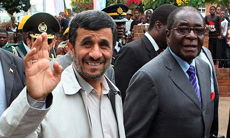 Le président iranien, Mahmoud Ahmadinejad, salue la foule avec le président zimbabwéen, Robert Mugabe à Bulawayo au Zimbabwe. Photo : Tsvangirayi Mukwazhi