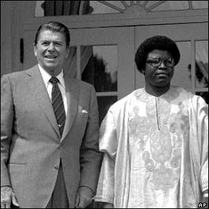L'ex-président des Etats-Unis Ronald Reagan (gauche) avec l'ex-président du Libéria Samuel Doe (droite)