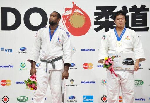Teddy Riner déçu, médaillé d'argent aux cotés du Japonais Daiki Kamikawa, champion du monde de judo « toutes catégories » sur le podium des mondiaux de Judo à Tokyo le 13 septembre 2010