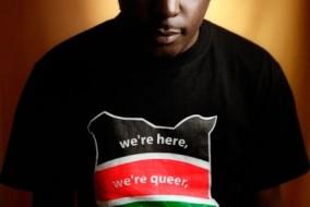"""Un jeune camerounais homosexuel. Inscrit sur son chandail """" Nous sommes ici, Nous sommes gay """""""