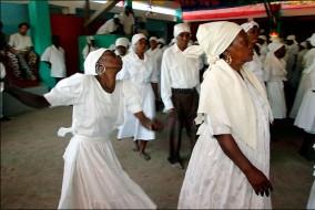 Le Vaudou vient d'Afrique de l'ouest mais on pratique aussi un vaudou partout où des esclaves africains ont été déportés, comme dans certaines îles des Caraïbes ou dans quelques pays d'Amérique comme le Brésil, USA, Mexique etc... Les vaudous pratiqués en dehors du continent Africain sont souvent des variantes et des restes de la religion d'origine.