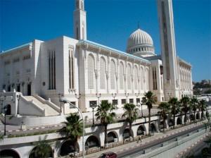La mosquée et université islamique de la ville de Constantine. L'islam sunnite  est la religion d'État et celle de 99 % des Algériens. Ceux-ci sont majoritairement de rite malékite, mais on trouve également des communautés ibadites comme dans le Mzab.