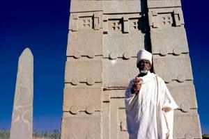 Les grandes stèles - obélisques  - aksoumites, marquent selon les archéologues l'emplacement des tombeaux des souverains de ce royaume antique. Ils figurent parmi les plus grands monolithes jamais façonnés par l'homme. Le plus grand d'entre eux mesurait 35 mètres  de haut.