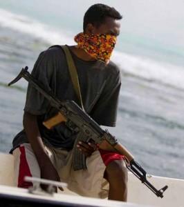 Les pirates sont initialement généralement issus de l'ancienne marine ou des gardes-côtes somalienne ou sont souvent d'anciens pêcheurs et disposent d'un armement individuel relativement puissant (fusil d'assaut AK-47 et RPG-7 le plus souvent)
