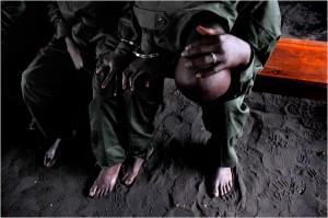 Menotté à un soldat congolais, devant une cour martiale, le sergent Shumbo Chance (à droite de l'image) a été condamné à la prison à vie pour avoir violé une femme en présence de son mari, à Goma, le 17 novembre 2008