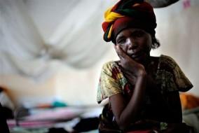 Clara une Congolaise de 16 ans, quelques jours après son agression à Kinshasa, capitale défigurée par la misère, où le fléau du viol s'immisce dans le quotidien des femmes