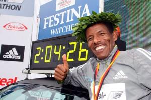 """Le sourire en dit long - Haile Gebrselassie à côté de son temps qui marque son nouveau record du monde à Berlin qui bat l'ancienne marque établit en 2003 de 2 h 04'55"""" par Paul Tergat"""