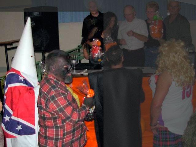 Le costume d'um membre du KKK memant un homme Noir par une corde au cou remporte le premier a la Légion Royale Canadienne