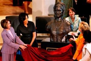 La première dame des Etats-Unis Michelle Obama, dévoile un buste à l'honneur de Sojourner Truth, une fervente défenseuse de la cause abolitionniste et du mouvement des droits des femmes.