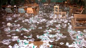 Les bulletins de vote se trouvent sur le plancher d'un bureau de vote après avoir été détruit par les manifestants auraient accusé le gouvernement de fraude dimanche le 28 novembre 2010.