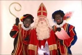 En Belgique et aux Pays-Bas, Zwarte Piet est traditionnellement un esclave de peau noire portant des habits colorés. Il enlève les enfants qui n'ont pas été sages et les met dans un sac... pour les emmener en Espagne.
