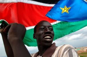 Le drapeau du Sud-Soudan est avant tout le drapeau du gouvernemement transitoire du Sud-Soudan. Il est à l'origine le drapeau utilisé par l'armée populaire de libération du Soudan qui lutte pour l'indépendance de la région. Il a été voulu proche du drapeau du Kenya en reprenant sa composition et ses couleurs. La bande noire représente l'identité du peuple, le rouge pour le sang versé dans la lutte pour l'indépendance et le vert pour l'agriculture. L'étoile jaune signifie l'optimisme du peuple sur un triangle bleu figurant le Nil.