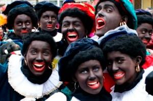 Les Zwarte Piet sont des personnages niais, gaffeurs et un peu stupides
