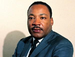 À partir de 1965, Martin Luther King commence à exprimer ses doutes sur le rôle des États-Unis dans la Guerre du Viêt Nam. Le 4 avril 1967, un an avant sa mort, il fait à New-York le discours « Au-delà du Viêt Nam : le moment de briser le silence ». Il y dénonce l'attitude des États-Unis au Viêt Nam et insiste sur le fait « qu'ils occupent le pays comme une colonie américaine » et appelle le gouvernement américain « le plus grand fournisseur de violence dans le monde aujourd'hui ».