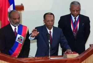 Port-au-Prince, le 7 février 2001, Jean-Bertrand Aristide est assermenté à titre de président d'Haïti pour son deuxième mandat. A gauche René Préval et le président du Sénat Yvon Neptune à sa droite.   (Kimberly White / Reuters)