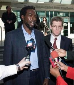 Le récipiendaire d'un Grammy Awards, Buju Banton (g) fait une déclaration à la presse avec son avocat David Markus devant le tribunal fédéral de Tampa, en Floride